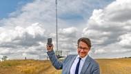 In eigener PR-Mission unterwegs: Verkehrsminister Andreas Scheuer kämpft in der brandenburgischen Provinz gegen die Funkstille.