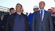 Der russische Präsident Wladimir Putin (r) und seine Weggefährten Arkadij und Boris Rotenberg im September 2016 bei der Besichtigung der Baustelle der Krim-Brücke