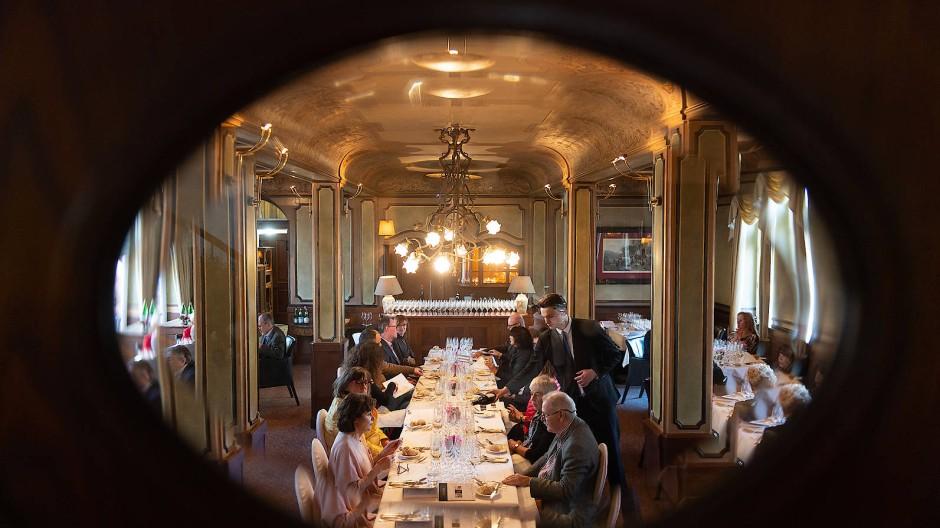 """Blick in die Glaskugel: Ob im Hotel """"Kronenschlösschen"""" auch im nächsten Jahr zum """"Rheingau Gourmet & Wein Festival"""" aufgetischt werden kann, ist wegen der Pandemie noch nicht klar. Vorbereitet ist man dort aber auf jeden Fall."""