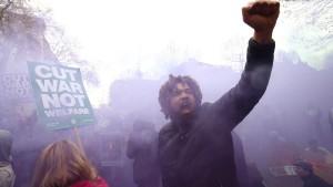 Zehntausende demonstrieren gegen Camerons Sparpolitik