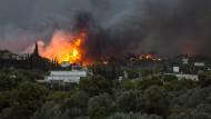 Die Flammen sind bis in den Stadtkern der Hafenstadt Rafina vorgedrungen, hunderte Menschen retteten sich ins Meer.
