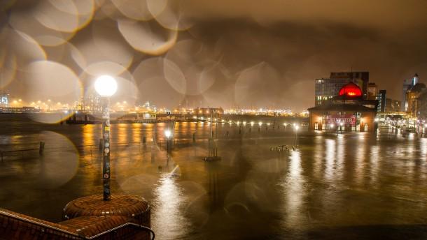 Sturmflut überschwemmt Hamburger Hafen