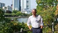 Der Anwohner Herbert Schmoll hat die Gründung einer Bürgerinitiative gegen die Sperrung der nordmainischen Uferstraße initiiert.