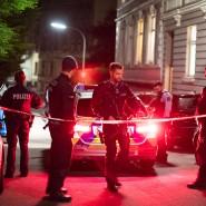Polizisten sichern die Straße vor dem Wohnheim in Wuppertal.