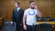 Vor dem Prozessauftakt: der in Frankfurt angeklagte mutmaßliche Islamist und sein Verteidiger
