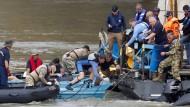 Ungarische Suchteams während eines Einsatzes in Booten auf der Donau