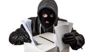 Ein Dieb, der Kapuze, Skimaske und Lederhandschuhe trägt, begeht Wahlfälschung an einer Wahlurne.
