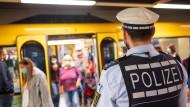 In Baden-Württemberg gilt von Montag an Maskenpflicht überall im öffentlichen Raum, wo der Mindestabstand nicht eingehalten werden kann.