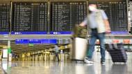 Zurück in Frankfurt: Ein Reiserückkehrer im Juli am Flughafen.