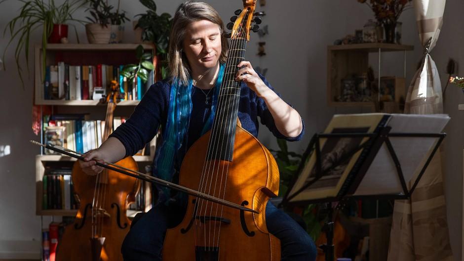 Vorne die Gambe, hinten das Cello: Renate Mundi in ihrer Wohnung an der Zehnmorgenstraße