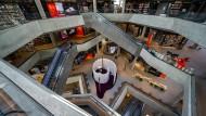 Über fünf Etagen erstreckt sich der Zentralraum der Deichman-Bibliothek. Alle Oberflächen sind farblos gehalten, um nicht von den Büchern abzulenken.