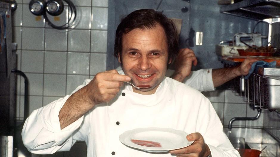 """Leitete eine Zeitenwende in der deutschen Kochkunst ein: Eckart Witzigmann am 22. November 1979 in der Küche seines Münchner Restaurants """"Aubergine"""""""