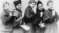 Die Frauenrechtlerinnen Anita Augspurg, Marie Stritt, Lily von Gizycki, Minna Cauer und Sophia Goudstikker (v.l.n.r.), um 1894