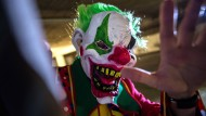 Sie sind hässlich, gruselig - und sie erschrecken Passanten: Clowns wie dieser treiben auch in Hessen ihr Unwesen.