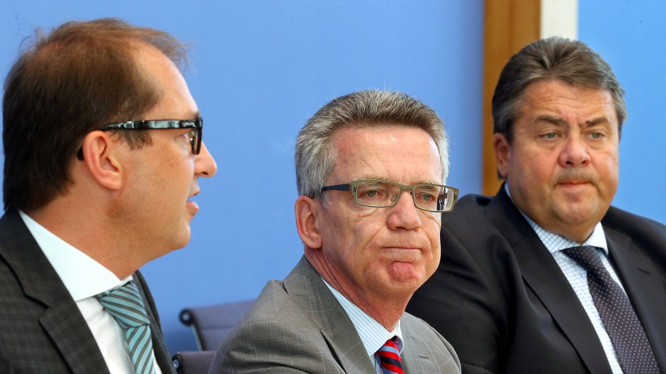 """CSU-Internetminister Alexander Dobrindt, CDU-Internetminister Thomas de Maizière und SPD-Internetminister Sigmar Gabriel bei der Vorstellung der """"Digitalen Agenda"""""""