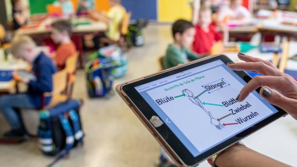Jede Schule soll 25.000 Euro für Tablets und Laptops bekommen
