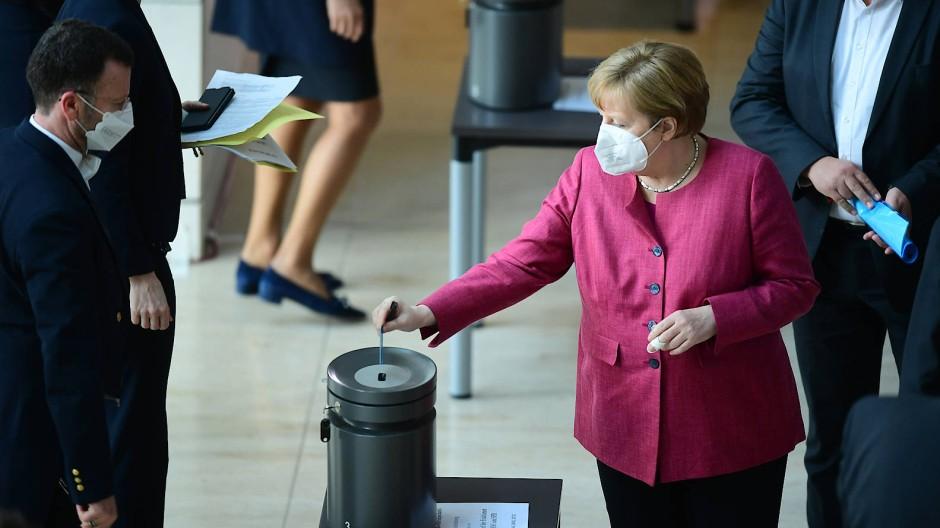 Bundeskanzlerin Angela  Merkel (CDU) bei der Stimmabgabe am Mittwoch im Bundestag