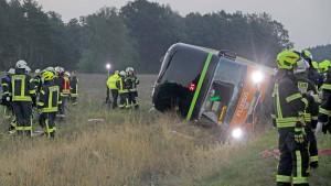 Zahl der Verletzten bei Fernbusunglück nahe Wöbbelin unklar