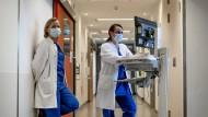 Gutes Team: Jana Glaubitz (links) und Klaudia Adler leiten die Intensivstation am Markus Krankenhaus.