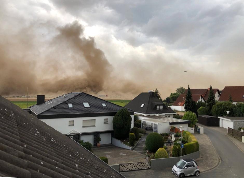 Sturmböen sorgen im hessischen Weiterstadt-Gräfenhausen für einen Standsturm über den verdörrten Ackerflächen am Ortsrand.