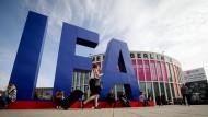 Besucher kommen im Jahr 2017 auf dem Messegelände zum ersten Publikumstag der Elektronikmesse IFA.