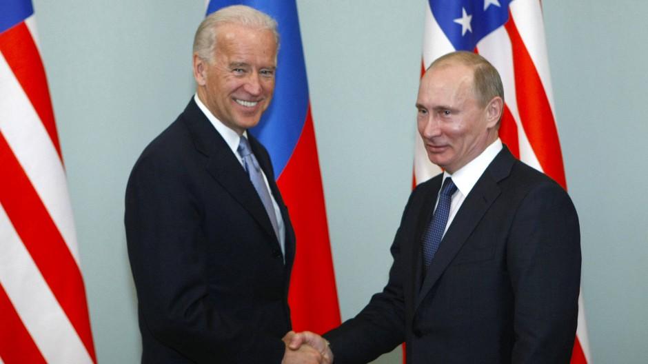 Joe Biden und Wladimir Putin am 10. März 2011 in Moskau