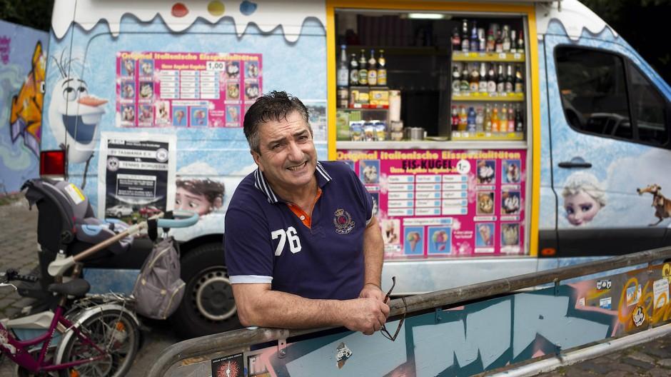 Für viele ist er der Eisverkäufer der Herzen: Eine 2 × 1,40 Meter große Aussicht auf die Großstadt hat Mauro Luongo von seinem mobilen Ladengeschäft aus.