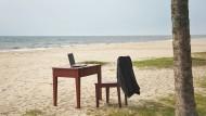 """""""Crowdworker"""" können auch am Strand arbeiten. Mehr als einen Laptop und eine Internetverbindung brauchen sie dafür nicht."""