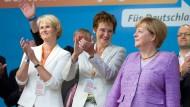 Soll auf Johanna Wanka folgen: Die damalige CDU-Bundestagskandidatin Anja Karliczek (links), zusammen mit der Bundestagskandidatin Sybille Benning (Mitte) und Bundeskanzlerin Angela Merkel  zum Abschluss einer Wahlkampfveranstaltung zur Bundestagswahl 2013 in Münster