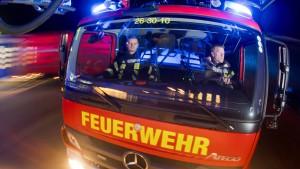 Feuerwehr befreit Gleitschirmfliegerin aus Baumkrone