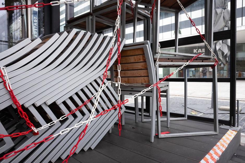 Mit Ketten gesicherte Stühle am Restaurant Zeil-Kitchen auf der Frankfurter Einkaufsmeile Zeil