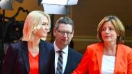 Sollen den Übergang bis zur neuen Parteispitze organisieren: die bisherigen stellvertretenden SPD-Vorsitzenden Manuela Schwesig, Thorsten Schäfer-Gümbel und Malu Dreyer (v.l.) am Montag im Willy-Brandt-Haus in Berlin