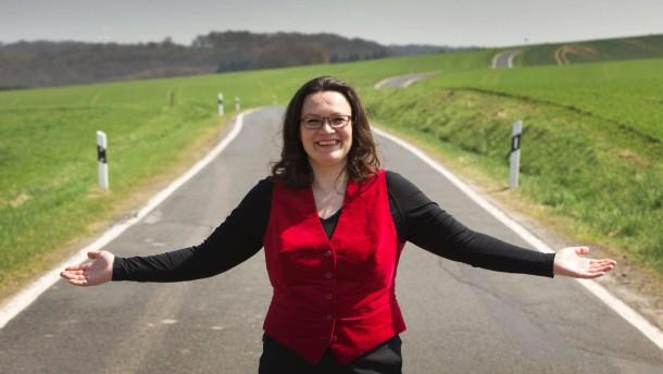 Andrea Nahles - Die Generalsekretärin der SPD lässt sich fünf Monate vor der Bundestagswahl 2013 in ihrem Wohnort Weiler in der Eifel portraitieren.