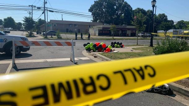 Drei Menschen sterben durch Schüsse auf Straßenfest