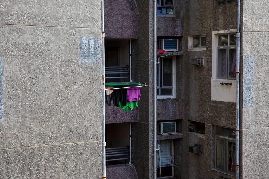 Aus einem Fenster hängt Wäsche zum Trocknen.