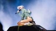 Mademoiselle Cyrus besorgt es einer Autohaube und führt in knappsten Kostümen die neuesten Formen angezogener Nacktheit vor