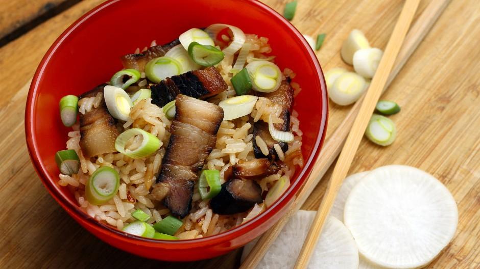 Der marinierte Schweinebauch passt zum Beispiel zu Reis und Frühlingszwiebeln.
