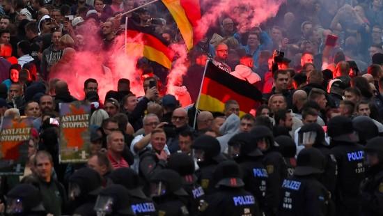 """""""Hitlergruß wird bestraft"""""""