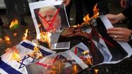 Palästinenser verbrennen am Mittwoch in Rafah im südlichen Gaza-Streifen Bilder von Donald Trump und Benjamin Netanjahu