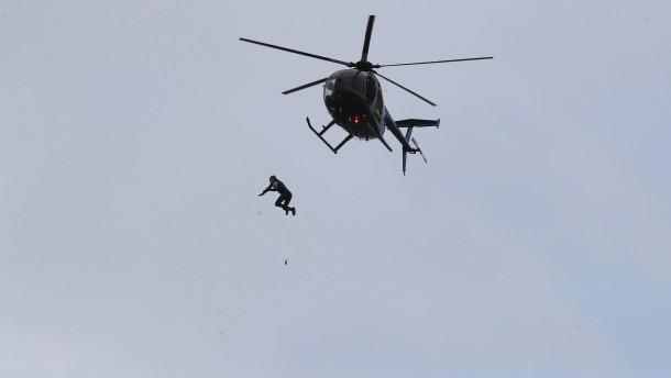 Sprung aus dem Hubschrauber – ohne Fallschirm