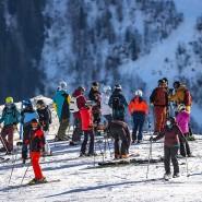 Skifahrer an einer Piste in Sankt Anton in Österreich am 9. Januar
