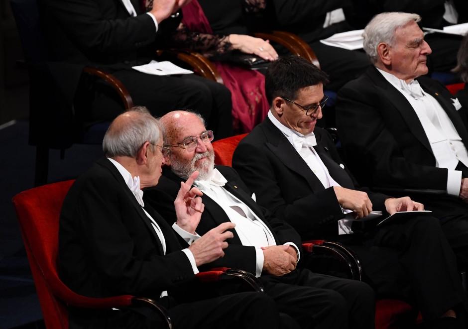 Plausch unter Kollegen: Physik-Nobelpreisgewinner James Peebles, Michel Mayor und Didier Queloz (vlnr) bei der Preisverleihung in Stockholm