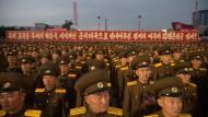 Stramm stehen für die Bombe: Nordkoreanische Soldaten marschieren zu Ehren der Atomwissenschaftler des Landes auf.