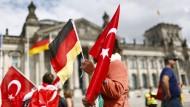 Eine Demonstrantin steht am Mittwoch vor dem Bundestag.