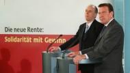 Kanzler Schröder und Riester wollten mehr Eigenverantwortung.