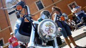 Papst versteigert seine Harley