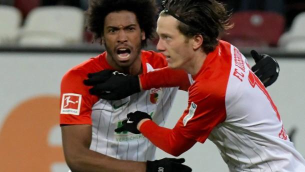 Augsburg besiegt zehn Wolfsburger