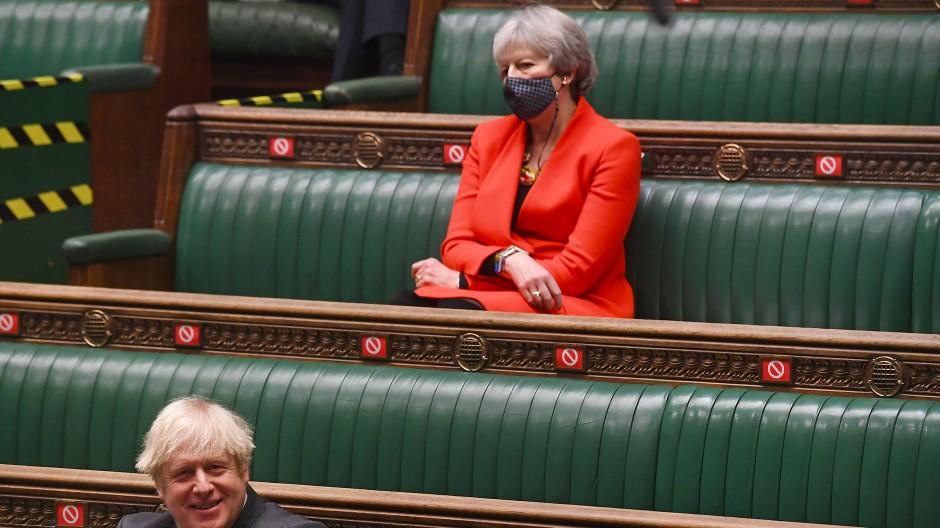 Späte Rache: Theresa May (oben) erhebt schwere Vorwürfe gegen ihren Nachfolger, Premierminister Boris Johnson