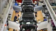 Auch die Autoindustrie boomt: BMW-Mitarbeiter arbeiten in der Produktion des Elektroautos i3 in Leipzig.