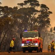 Im Kampf gegen einen großen Buschbrandherd im Osten Australiens ist ein von der Feuerwehr gelegtes Gegenfeuer außer Kontrolle geraten.